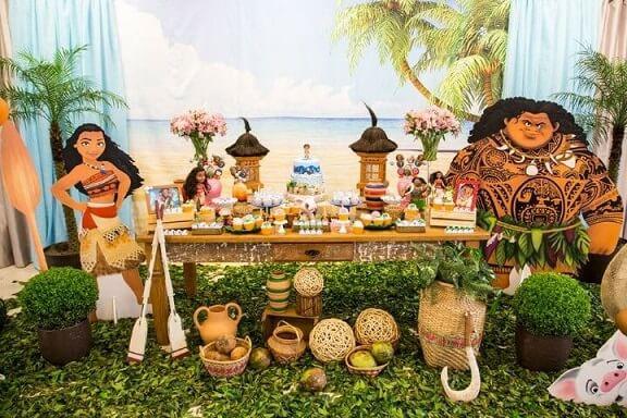 Festa-Moana-com-personagens-em-tamanho-real-e-painel-com-imagem-de-praia-Foto-de-Muita-Festa-Decorações