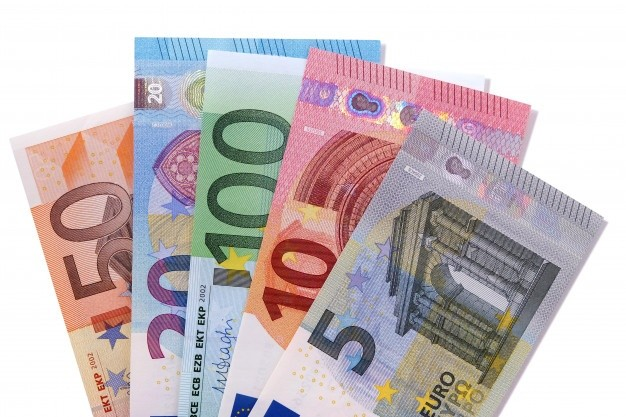 jeu-billets-banque-euro-isole_1101-2388 (1)