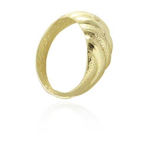 an0627_gAnel folheado a ouro com detalhes lisos e craquelados na parte frontal.